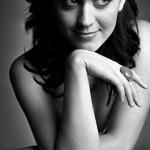 Katy Perry in schwarz-weiß