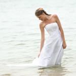 Mit dem Brautkleid im Meer